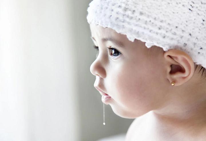 Trẻ sơ sinh chảy nước miếng
